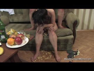 sarhos olan uvey annesine masturbasyon yaptiriyor Porno